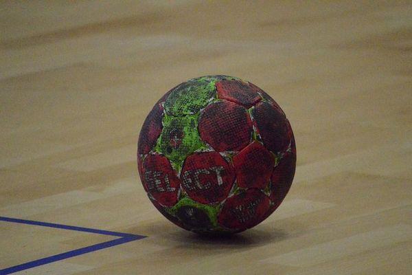 Un ballon de handball, personne pour jouer avec... Plus de championnats amateurs, ni de coupe de France, en attendant la décision pour les championnats professionnels.