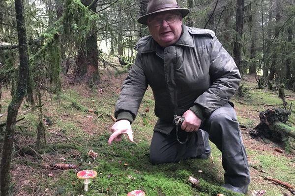 Bernard Delhaye, amateur de champignons, parcourt les forêts de la vallée de la Meuse en bon connaisseur