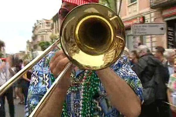 """Swing, be-bop et charleston : Jusqu'au 25 mai à Châtel-Guyon dans le Puy-de-Dôme, le """"jazz à danser"""" de la Nouvelle Orléans envahit les rues de la cité thermale."""