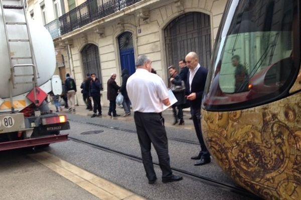 Un camion citerne s'est garé trop des rails du tram à Montpellier entraînant une interruption du trafic des lignes 3 et 4.