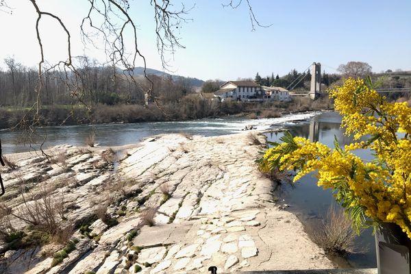 La plage du Grain de Sel, à Saint-Martin-d'Ardèche, est menacée car l'Etat souhaite détruire une digue pour protéger la biodiversité de la rivière, ce qui pourrait faire disparaître ce site touristique très apprécié des baigneurs.