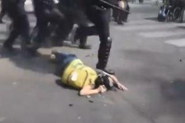 vidéo sur twitter : une Gilet Jaune, membre des réfractaires du 80 perd connaissance après avoir reçu un coup de matraque dans la nuque.