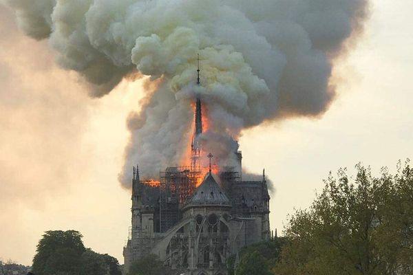Un important incendie a pris dans les combles de la cathédrale Notre-Dame de Paris.