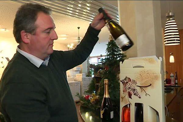 Xavier Baril, du domaine Fernand Engel,  prépare le conditionnement du Crémant pour les fêtes de fin d'année