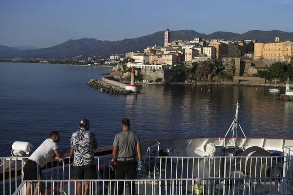 Illustration. Arrivée en bateau à Bastia (Haute-Corse).