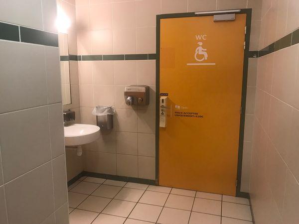 L'accès aux toilettes des femmes, payant