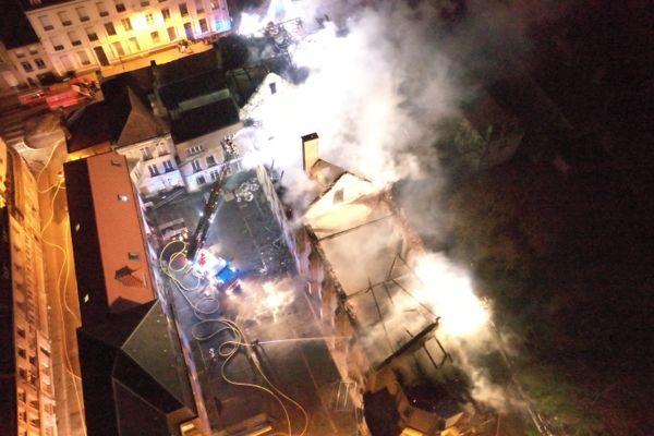 Le toit de l'ancienne école d'infirmières, totalement embrasé, n'a pu être sauvé par les secours mobilisés à Saint-Omer, vendredi 23 avril 2021 dans la soirée.