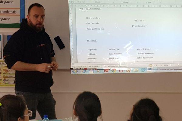 Arthur en plein cours de français face à ses élèves ouzbeks