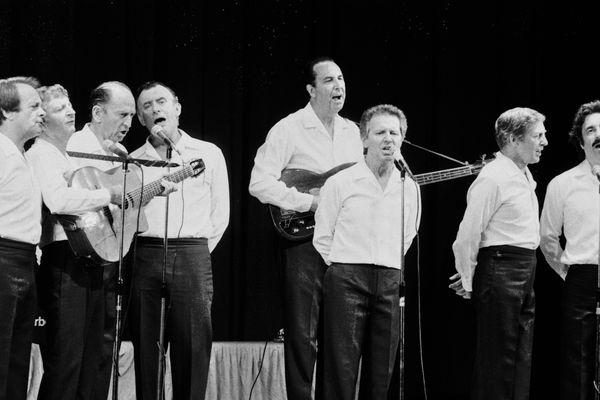 Les compagnons de la chanson se produisent sur la scène de l'Olympia le 24 août 1983 à Paris.