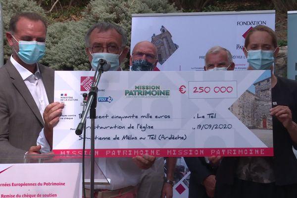 Remise d'un chèque de 250 000 euros pour la reconstruction de l'église Saint Etienne de Mélas