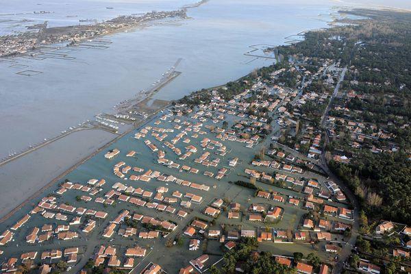 Vue aérienne des communes de la Faute sur mer et L'aiguillon sur mer.  Après le passage de la tempête Xynthia, qui a dévasté une partie du département de la Vendée. La Faute sur Mer, à gauche L'aiguillon, au fond Le Génie et Les Sablons