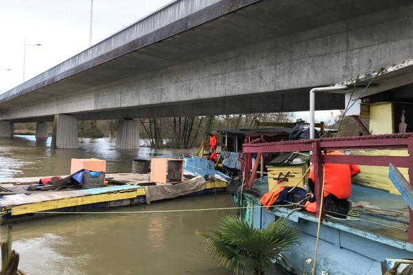 Intervention des pompiers sur les quais de la Charente afin de ré-amarrer une barge qui menaçait d'être emportée par les eaux et risquait d'endommager les écluses.
