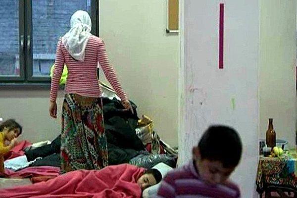 Les familles roms restent à la Bourse du Travail de Lille.