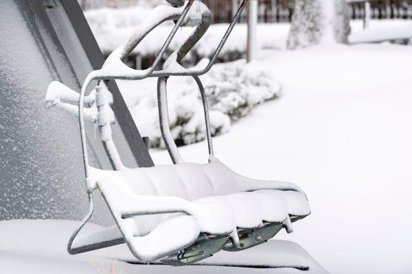 Un télésiège enneigé à la station de ski du Lioran (Cantal) le 4 décembre 2020.