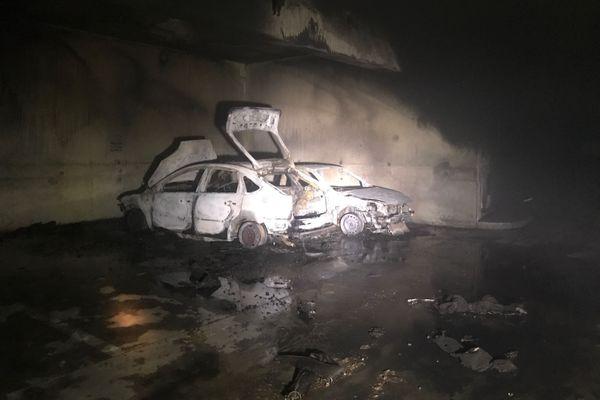 Deux voitures ont brûlé dans un parking à Rennes