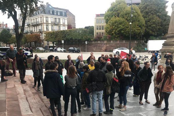 Les manifestants devant le palais de justice de Strasbourg.