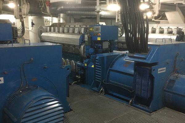 Dans la salle des machines du Piana, l'installation qui permet l'alimentation électrique du navire