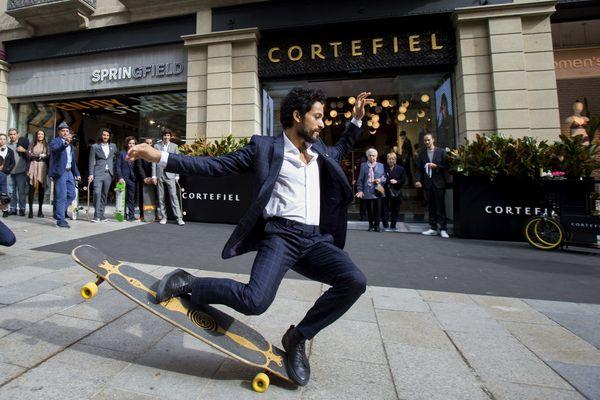 Une démonstration de longboard dancing, à Barcelone, par le skater Lofti Lamaali