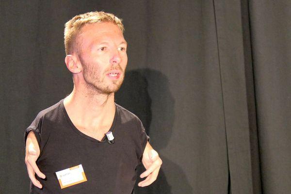 Nicolas Bissardon, co-fondateur du site Hello Handicap à la tribune d'un forum Agefiph à Dijon le 18 novembre 2019.
