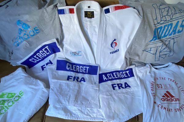 En tout un kimono de l'équipe de France, trois dossards et une dizaine de t-shirts sont mis en jeu par le judoka haut-marnais.