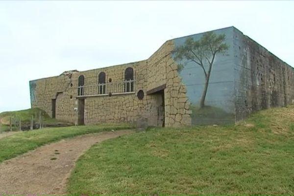 Camouflage : les bunkers d'Azeville (Manche) retrouvent petit à petit l'aspect qui était le leur durant la Seconde Guerre Mondiale.