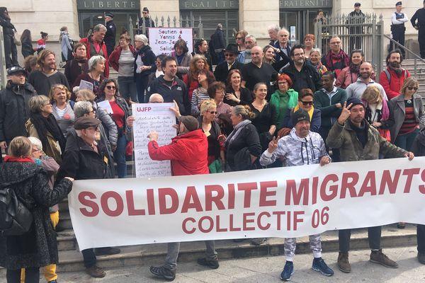 Un rassemblement se tient devant le palais de justice de Nice, avant un procès devant le tribunal correctionnel de Nice.