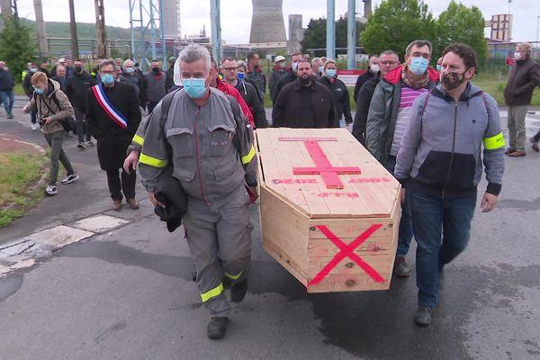 Les salariés de Maxam Tan ont porté une dernière fois le cercueil qui les a accompagné depuis 11 mois dans la lutte pour éviter la fermeture de l'usine de Mazingarbe. Ils l'ont ensuite symboliquement brûlé.