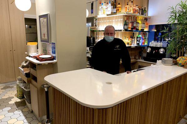 Le chef Daniel Phélizot dans son restaurant à Troyes. Il continue à travailler grâce à la vente à emporter, mais s'interroge sur la date de reprise.