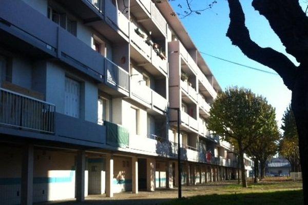 La fusillade qui a coûté la vie à un jeune habitant du quartier a eu lieu en bas de cet immeuble de la rue des Chamois