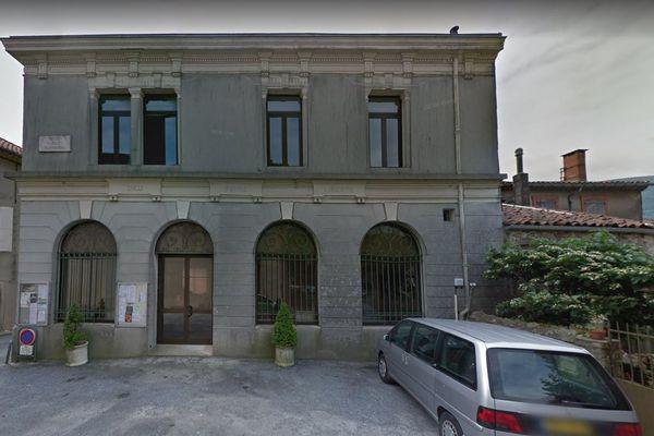 Le conseil municipal réuni mardi soir en mairie de Saint-Amans Valtoret (81) a voté contre la vente de 40 ha de terres agricoles au projet de méga-scierie.