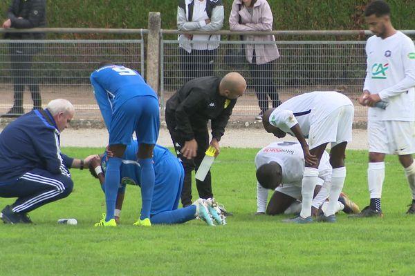 Deux hommes à terre... Et pourtant, au final, Pau l'emporte 4 à 0 face à Feytiat.