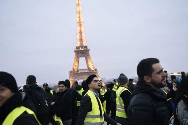 Les gilets jaunes à proximité de la Tour Eiffel, à l'occasion de l'« acte 7 » du mouvement dans la capitale.