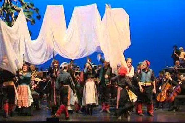 La mise-en-scène de ce Peer Gynt d'Henrik Ibsen  place l'orchestre au centre de la scène, soulignant l'importance de la musique de Grieg