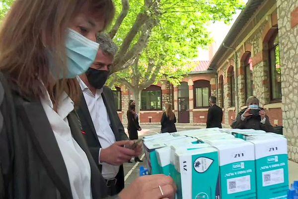 Frontignan (Hérault) - la rectrice de l'académie de Montpellier distribue des autotests Covid aux personnels d'une école - 26 avril 2021.