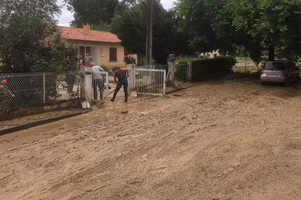 Ces habitations ont été touchées par la montée des eaux et de boue.