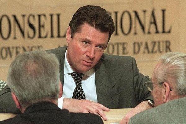 Christian Estrosi, président du groupe RPR à la région Provence-Alpes-Côte d'Azur, s'entretient avec des conseillers régionaux de sa formation, le 20 mars 1998 dans l'hémicycle du conseil régional, à Marseille. (GEORGES GOBET / AFP)