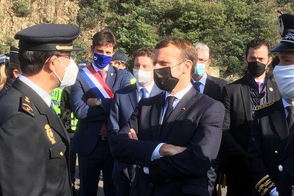Emmanuel Macron est arrivé vers midi au poste frontalier de l'autoroute A9 du Perthus, dans les Pyrénées-Orientales