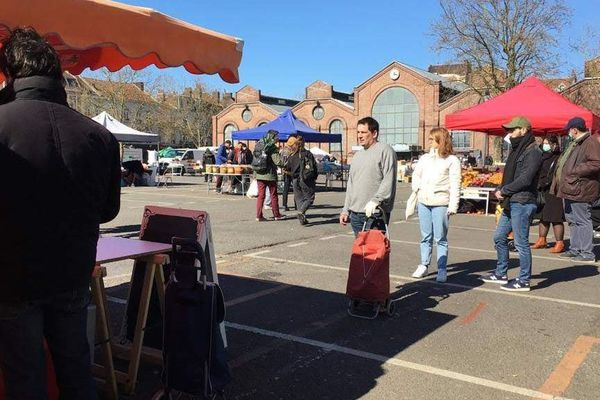 Le marché de Wazemmes dimanche dernier, après marquage au sol pour les distances de sécurité.
