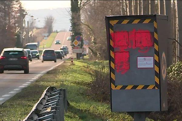 Les radars incendiés ou tagués comme en bordure de cette départementale. Les associations de lutte contre la violence routière s'inquiètent.