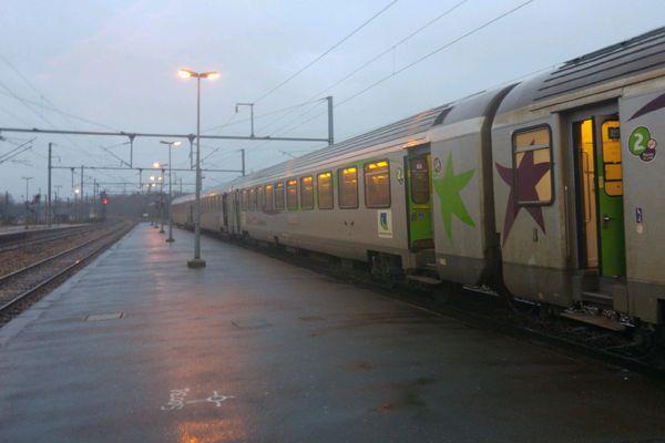 Le train en provenance de Paris bloqué à la Gare de Lisieux ce matin.