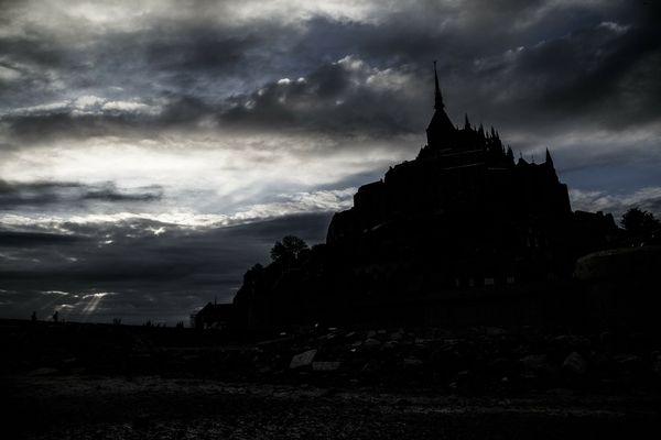 Jeu d'ombre et de lumière sur le Mont St Michel : les nuages y accompagneront l'essentiel de ce dimanche et priveront la Merveille de la Normandie d'une mise en clarté pourtant plus méritée.