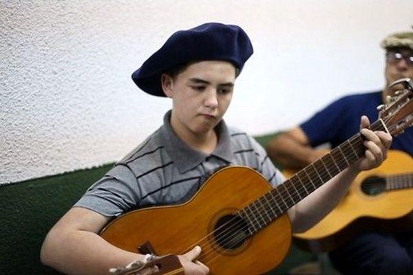 jeune musicien argentin au béret basque