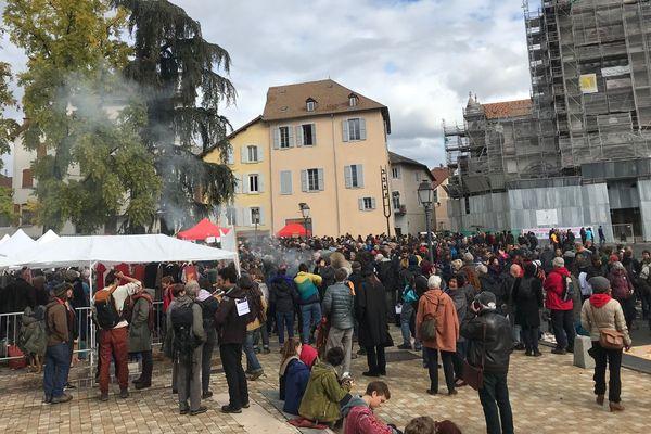 """Les soutiens aux """"3+4 de Briançon"""" sont nombreux en ce jour de procès à Gap. 850 personnes sont présentes selon les forces de l'ordre."""
