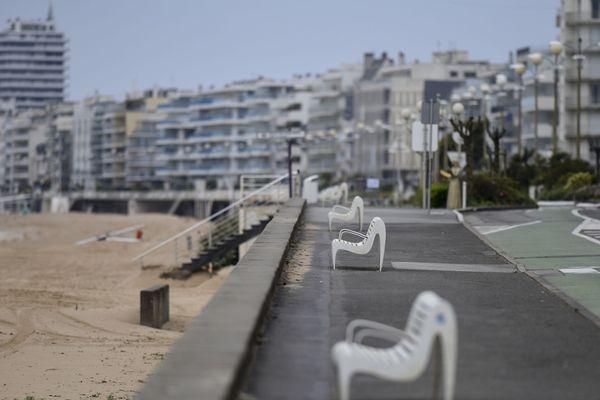 """La plage de La Baule confinée, les médecins affirment la nécessité de maintenir durablement et strictement les gestes barrière pour éviter une """"flambée"""" du coronavirus"""