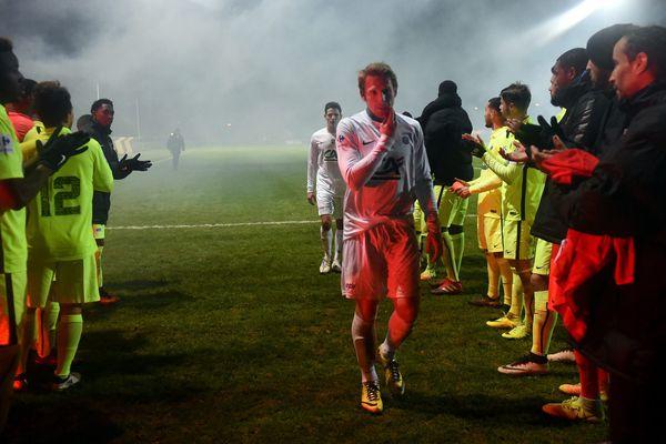 Coupe de France 8ème tour GSI Pontivy / Stade Brestois (0-3). La haie d'honneur pour les joueurs de la GSI Pontivy.