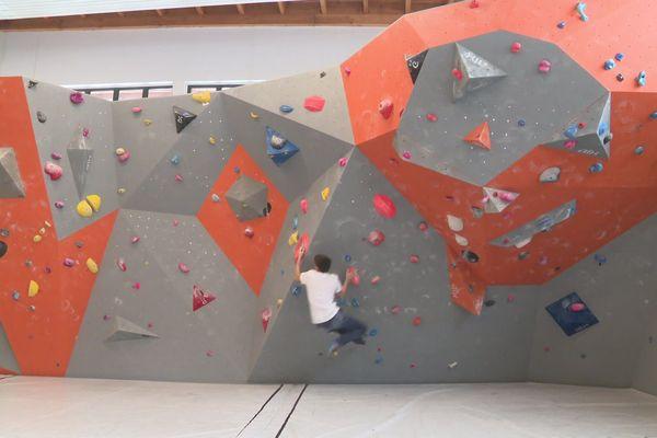 La salle de bloc à disposition des apprentis-grimpeurs de Briançon