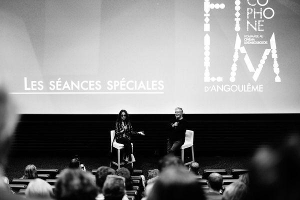 Jacqueline Bisset avec Dominique Besnehard lors d'une projection spéciale de La Nuit américaine de François Truffaut (1973).