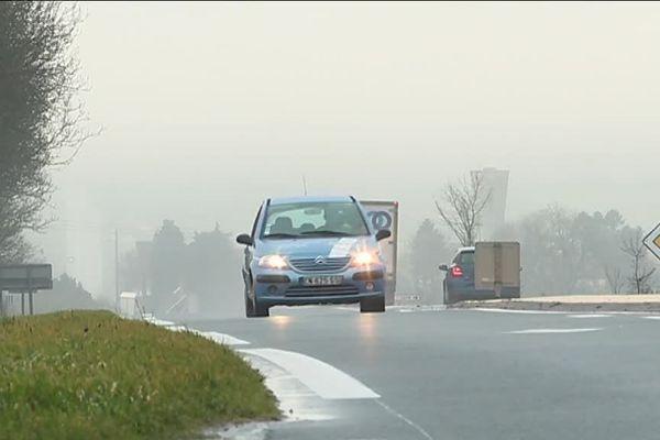 """la limitation à 802 km/h concernerait les """"routes bidirectionnelles"""", sans glissière de sécurité centrale, sur lesquelles sont recensés la moitié des accidents mortels."""