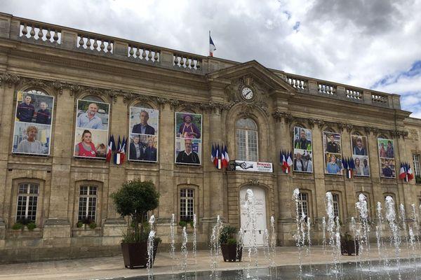 Sur la façade de la mairie de Beauvais, les portraits d'hommes et de femmes en première ligne durant la crise du coronavirus, le 18 juillet 2020