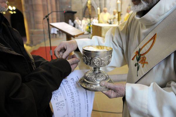 Pour limiter la propagation du coronavirus, les prêtres parisiens doivent donner l'hostie dans la main plutôt que dans la bouche.
